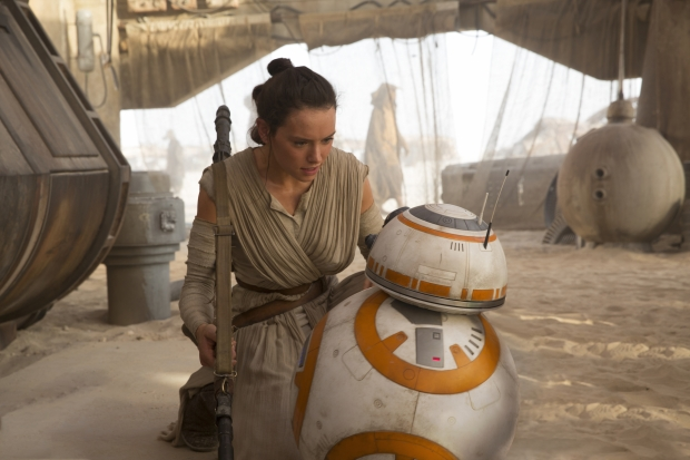Star Wars: The Force Awakens..L to R: Rey (Daisy Ridley) & BB-8..Ph: David James..© 2015 Lucasfilm Ltd. & TM. All Right Reserved.